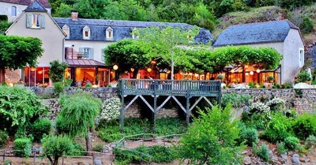 situe-sur-troncon-sarlat-rocamandour-lacave-pont-de-ouysse-est-restaurant-1-etoile-michelin-doit-nom-mysterieuse-riviere-ouysse-prend-lit-pieds