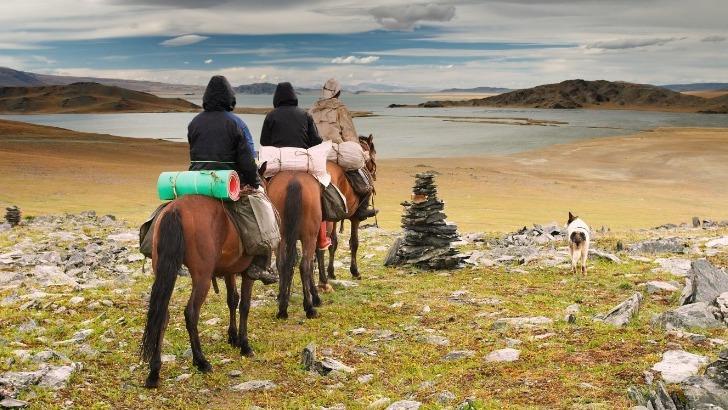 horseback-mongolia-un-groupe-de-cavaliers-lors-d-une-randonnee-a-cheval-mongolie