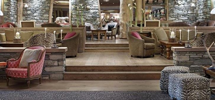 hotel-5-etoiles-a-val-d-isere-barmes-de-ours-accueil-salons-atmosphere-authentique-raffinee