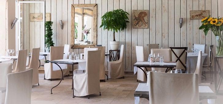 grand-patio-du-restaurant-bistr-eau-ryon-au-lavandou-face-a-mer-une-decoration-mediterraneenne-et-une-cuisine-du-sud