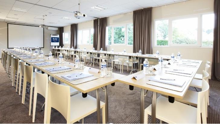 academie-europeenne-des-medecines-naturelles-a-saint-etienne-salle-de-seminaire-de-hotel-kyriad-a-disposition-des-eleves-formation-a-vannes