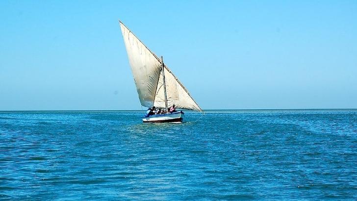 detours-mauritanie-a-atar-photo-d-un-boutre-traditionnel-naviguant-sur-ocean-atlantique