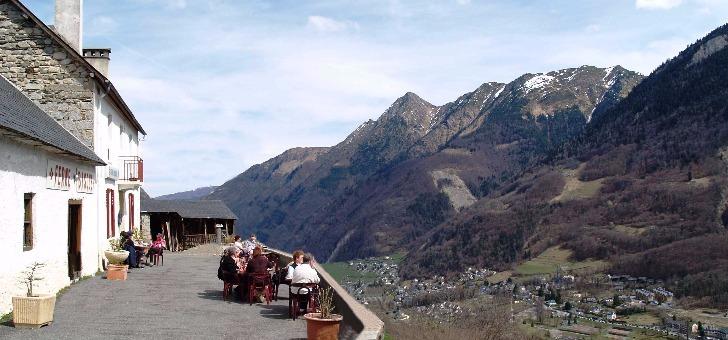 restaurant-ferme-basque-terrasse-avec-magnifique-vue-sur-montagnes