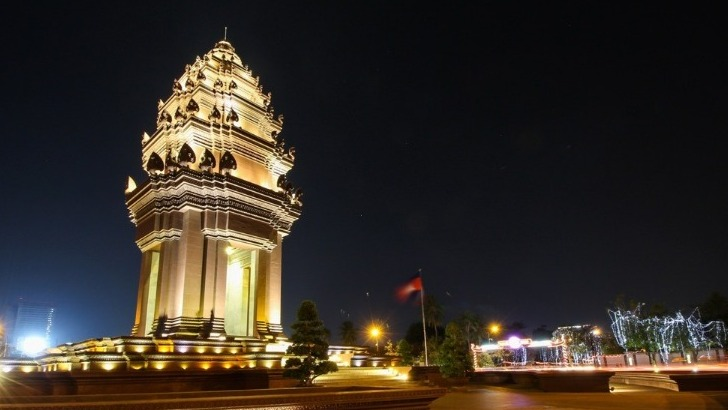 agence-seripheap-a-phnom-penh-des-sejours-terre-khmere-ici-une-jolie-pagode-illuminee