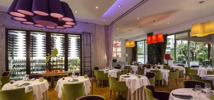 une-ambiance-contemporaine-salle-du-restaurant-park-45-joyau-gastronomique-du-grand-hotel-de-cannes-1-etoile-michelin