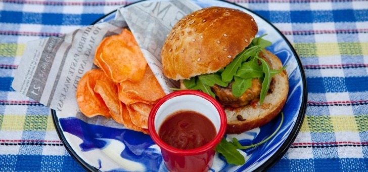 burger-fermier-des-enfants-rouges-un-repas-a-base-de-produits-locaux