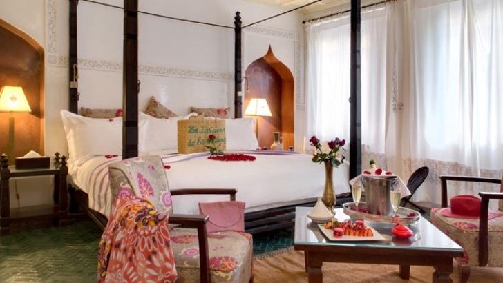 transformee-hotel-de-charme-propriete-a-conserve-son-architecture-originelle-du-xixeme-siecle-integrant-autour-d-un-jardin-exceptionnel-de-3000-m2-chambres-et-suites-disseminees-parmi-jacarandas-et-palmiers-centenaires-bigaradiers-et-autres-plantes-luxuriantes