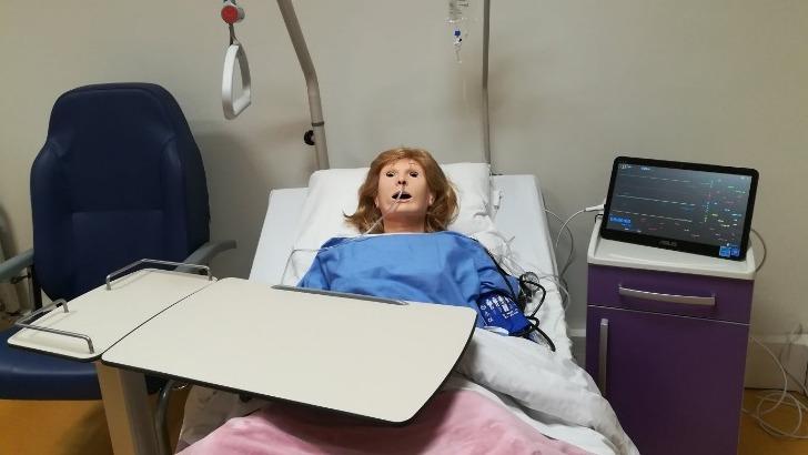 un-pole-simulation-avec-mannequin-haute-fidelite-pour-repondre-au-concept-jamais-premiere-fois-sur-patient