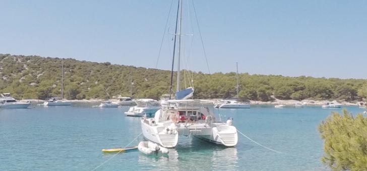 nautal-catamaran-au-mouillage-croatie