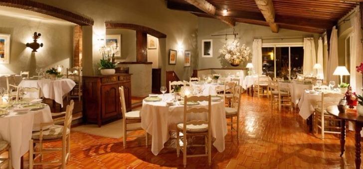 salle-a-manger-du-restaurant-santons-a-grimaud-etablissement-tenu-par-famille-girard-et-cuisine-claude-girard-ancien-chef-chez-lucas-carton