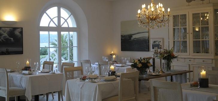 restaurant-villa-rosiers-a-grimaud-une-salle-a-manger-elegante-dans-un-etablissement-de-grand-standing-classe-4-etoiles