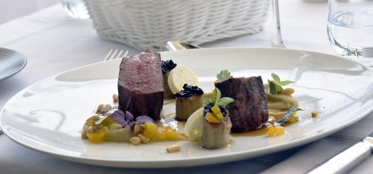 parmi-ses-specialites-chef-suggere-entree-crevettes-sauvages-courgette-et-vinaigrette-de-fraise-plat-de-resistance-pigeon-ananas-fenouil-ricotta-safranee-dessert-souffle-parfum-d-orange-granite-yuzu-basilic