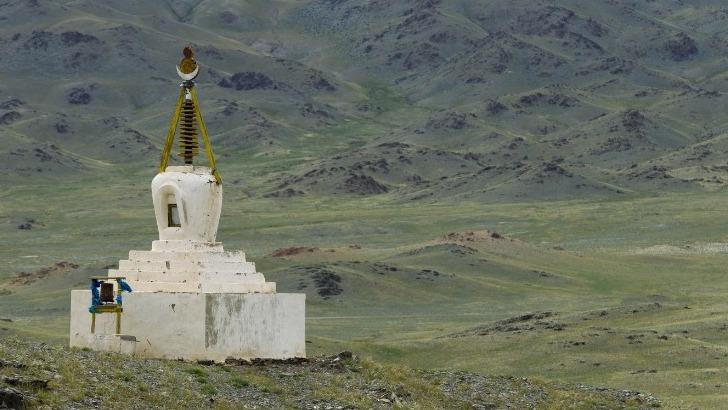 horseback-mongolia-stupa-bouddhiste-dans-steppes-de-mongoliea
