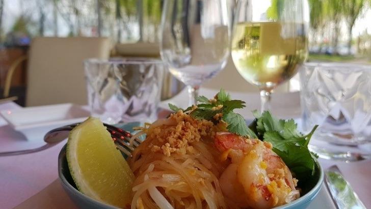 restaurant-u-a-paris-savourez-une-cuisine-raffinee-ici-des-crevettes-au-basilic-thai