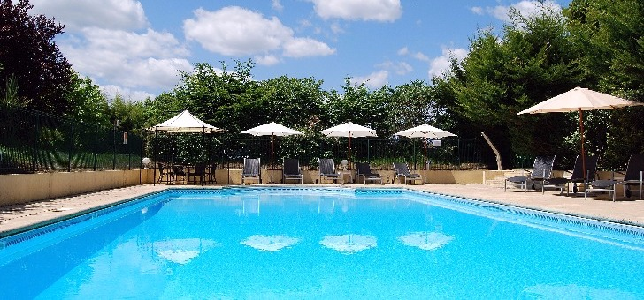 piscine-dans-parc-et-jardins-du-chateau-de-tour-a-beguey