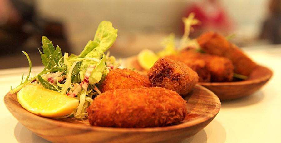 restaurant-comptoir-des-galeries-a-bruxelles-trio-de-croquettes-une-des-specialites-font-renommee-de-maison