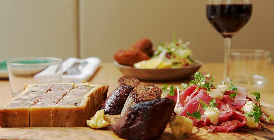 restaurant-comptoir-des-galeries-a-bruxelles-possibilite-de-verre-au-vin-pour-accompagner-plats