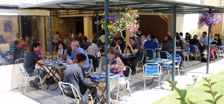 grande-terrasse-animee-du-restaurant-au-bassin-sur-perigueux