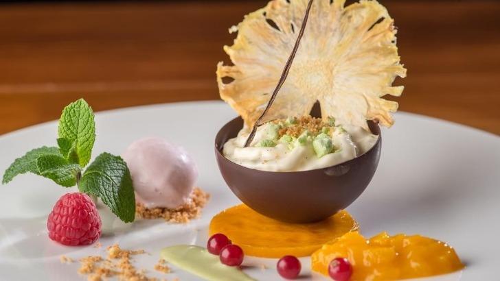 hotel-restaurant-fleur-de-sel-a-noirmoutier-ile-demi-sphere-noire-avec-sa-compotee-de-fruits-exotiques-nuage-de-mascarpone-et-creme-glacee-au-petit-suisse
