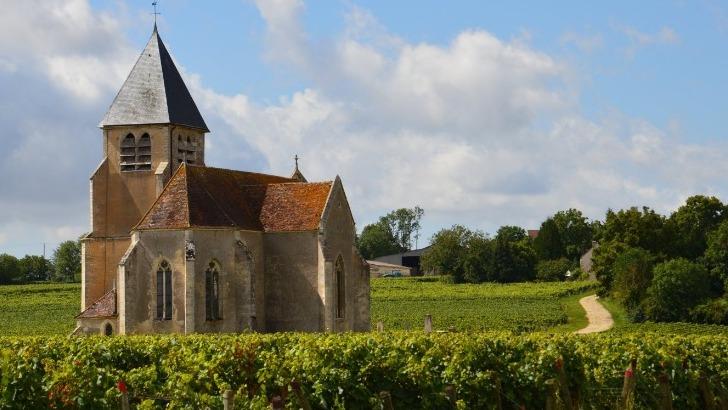 eglise-sainte-claire-au-coeur-des-vignes-du-domaine-jean-marc-brocard