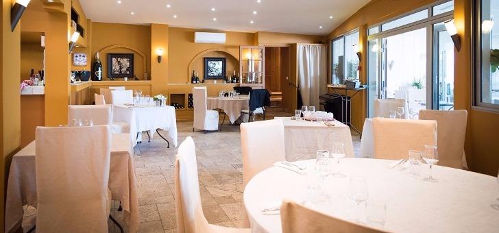 salle-a-manger-restaurant-bistr-eau-ryon-au-lavandou-etablissement-convivial-aux-couleurs-et-a-cuisine-du-sud-et-de-mediterranee