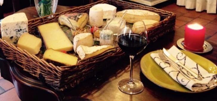 plateau-de-fromages-servi-au-restaurant-auberge-larochette-une-restauration-traditionnelle-francaise