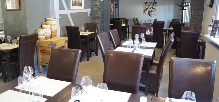 restaurant-brasserie-eclusiers-a-henridorff-grande-salle-paree-d-une-decoration-epuree-et-sobre