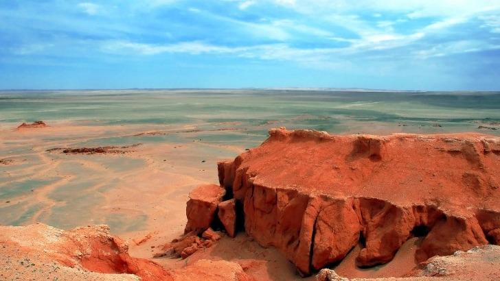 horseback-mongolia-falaises-de-bayanzag-parmi-hauts-lieux-de-paleontologie-mongolie