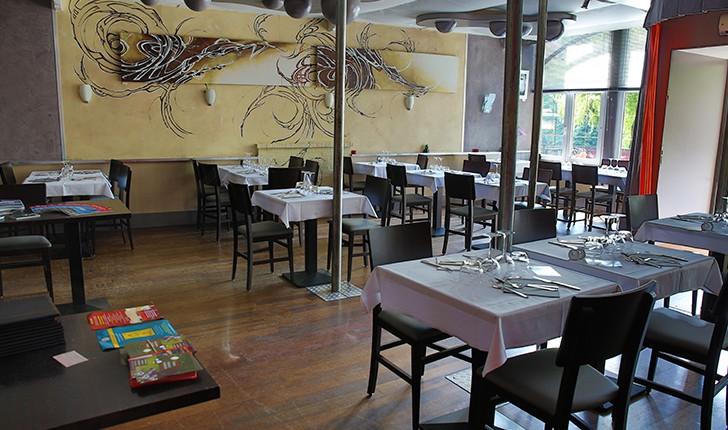 dans-un-environnement-cuir-et-bois-retrouve-logo-du-restaurant-volume-suspendu-sous-des-voiles-de-tissus-verre