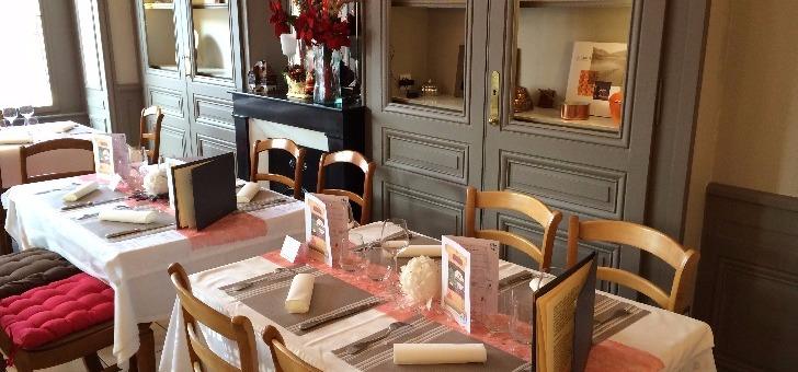 ambiance-familiale-avec-cheminee-pour-sa-salle-a-manger-du-restaurant-horloge-gourmande-a-tassin-demi-lune