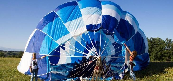 ballon-est-deplie-puis-gonfle-a-aide-d-un-ventilateur