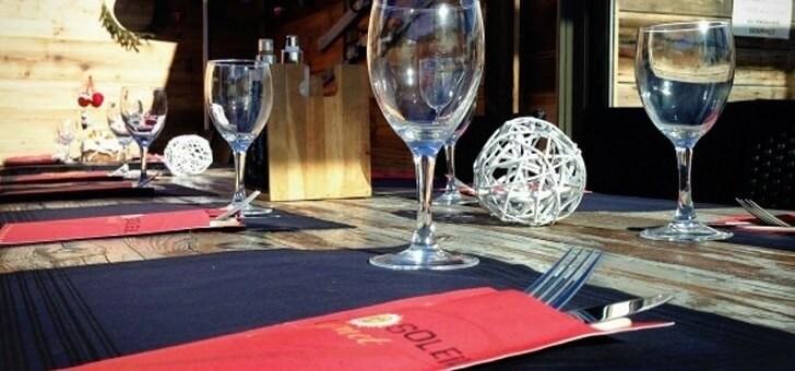une-table-du-restaurant-cafe-soleil-a-saint-chaffrey-situe-sur-station-de-ski-de-serre-chevalier-vallee-coin-de-paradis-dans-montagnes