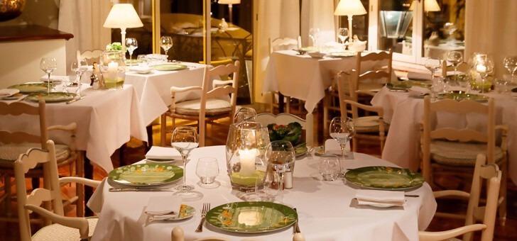 restaurant-santons-a-grimaud-salle-a-manger-repas-d-affaires-repas-de-famille-repas-entre-amis