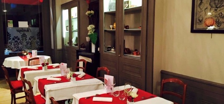 fourchette-salle-a-manger-du-restaurant-horloge-gourmande-a-tassin-demi-lune