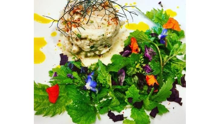 a-bout-de-soufre-a-geneve-tartare-de-crabe-et-fleurs-comestibles