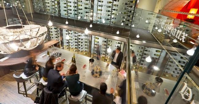 c-est-piece-maitresse-maison-burgundy-lounge-materiaux-decoratifs-bruts-comme-bois-rappellent-univers-du-vin