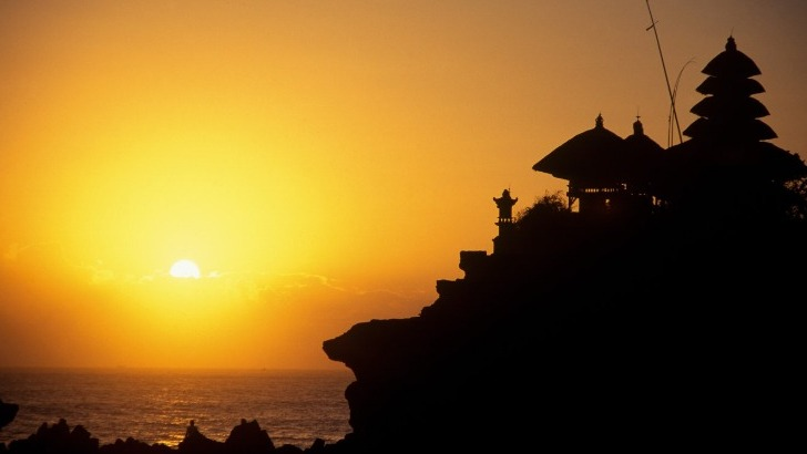 indonesie-bali-temple-de-tanah-lot-au-coucher-du-soleil