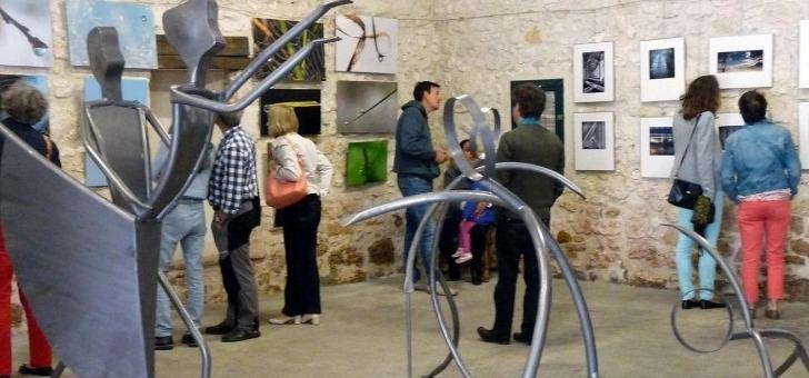 membre-de-vignoble-et-decouverte-des-chais-accueillent-annuellement-diverses-expositions-de-peintres-sculpteurs-photographes-pour-plaisir-des-oenotouristes