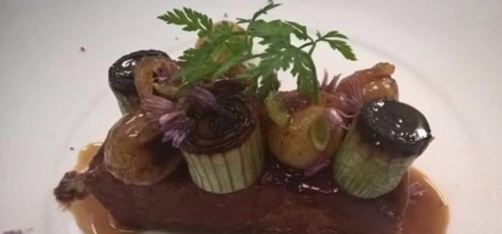 echine-de-porc-noir-de-ferme-de-cambes-confit-72-h-preparee-au-restaurant-remparts-a-bazas-un-plat-signature-du-chef-yannick-fauries-recompense-d-une-etoile-au-michelin