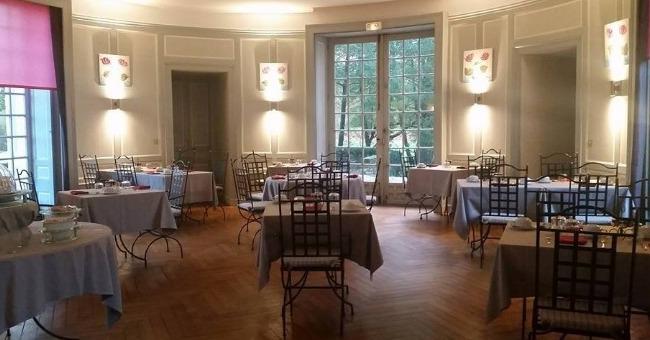 cadre-du-restaurant-chateau-des-deux-tours-procure-une-ambiance-decontractee-et-gourmande