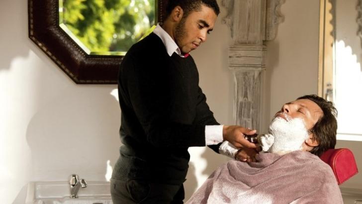 specialement-concu-pour-hommes-barbier-est-installe-dans-un-petit-salon-authentique-et-chic