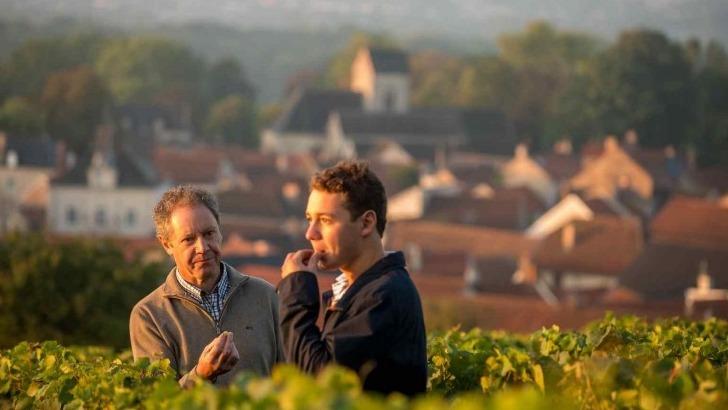 champagne-forest-marie-a-trigny-20-hectares-de-vignoblechampagne-forest-marie-a-trigny-thierry-accompagne-de-son-fils-louis-forest