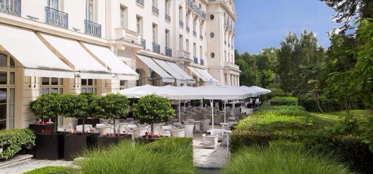 une-des-terrasses-du-restaurant-au-trianon-palace-a-versailles
