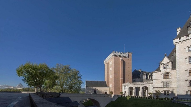 musee-national-et-domaine-du-chateau-de-pau-entree-par-pont-d-honneur-cote-ville