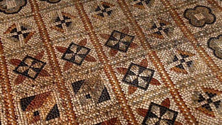 cite-antique-d-elusa-des-galeries-des-thermes-des-tapis-polychromes-de-450m2-sont-parmi-incontournables-a-voir