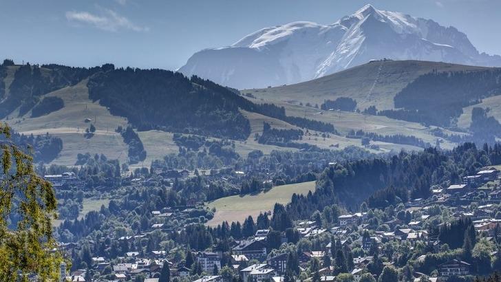 mont-blanc-oxygene-a-megeve-un-lieu-de-vacances-pour-aidants-et-personnes-perte-d-autonomie-ici-une-magnifique-vue-sur-village-de-megeve