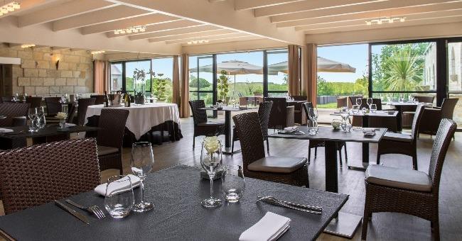 salle-a-manger-restaurant-manoir-du-kerhuel-a-ploneour-lanvern-departement-finistere-accueille-seminaire-mariage-dejeuner