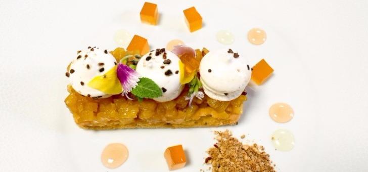 desserts-signatures-z-restaurant-a-roquebrune-sur-argens-macaron-eclair-a-framboise-lingot-au-chocolat-mangaro-truffes-et-confit-d-abricot-spheres-au-chocolat-coeur-de-mangue