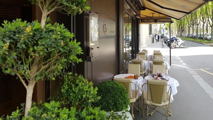restaurant-u-a-paris-un-melange-de-cuisine-francaise-et-thailandaise-ici-une-terrasse-discrete-a-ambiance-intimiste