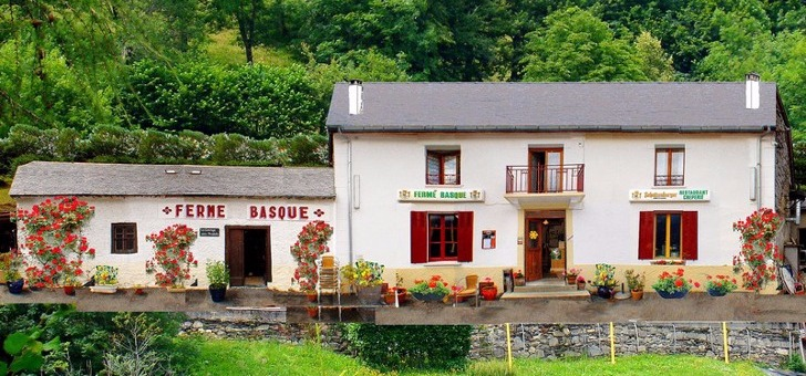 facade-du-restaurant-ferme-basque-a-cauterets